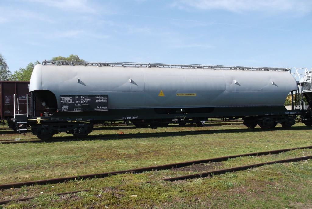 Wagon specjalny 9303 przeznaczony do przewozu sypkich i granulowanych produktów chemicznych, rozładowywanych ciśnieniowo. W zakładach wykonano naprawę główną i sporządzono dokumentację, umożliwiającą wydanie przez UTK Świadectwa dopuszczenia do eksploatacji.